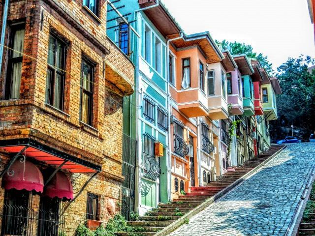 İstanbul'un Tarihi semti. Fener. Kafeler caddesi ve kiremit evleri